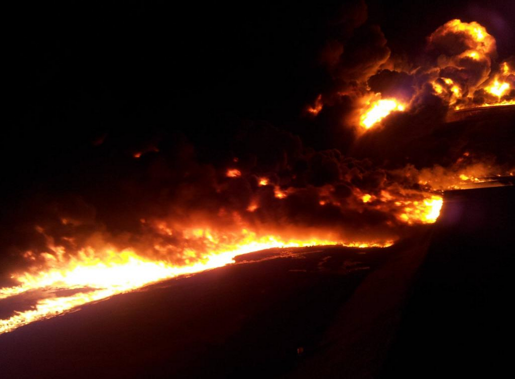 Oljehamnen al-Sidra i Libyen brinner