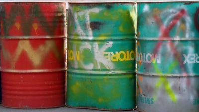 gamla-oljefat-med-spray.jpg