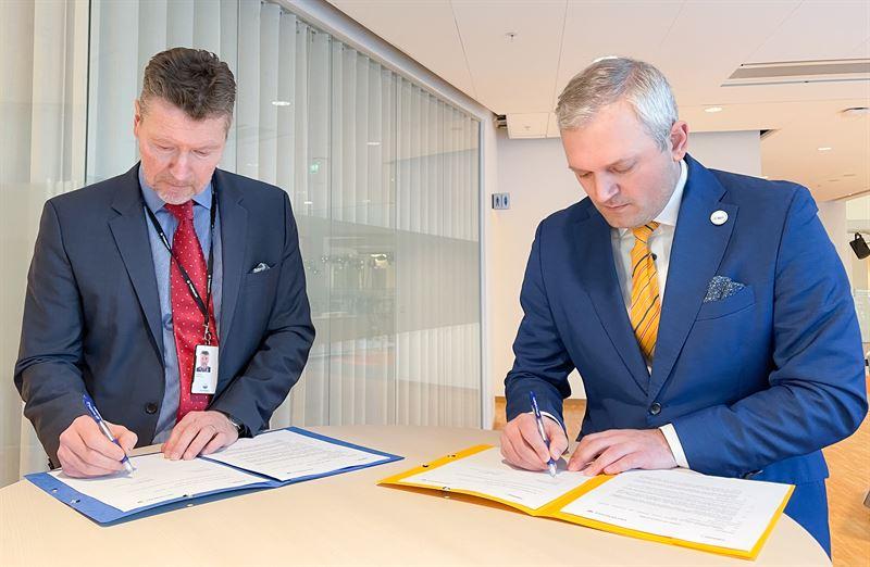 Torbjörn Wahlborg, chef för BA Generation inom Vattenfall, och Kalev Kallemets, VD för Fermi Energia, vid signering av avsiktsförklaringen i Vattenfalls huvudkontor i Solna.