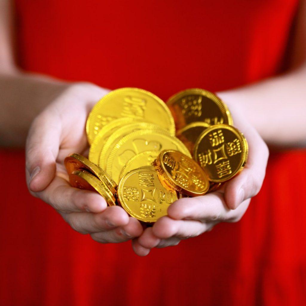 Guldmynt och röd klänning