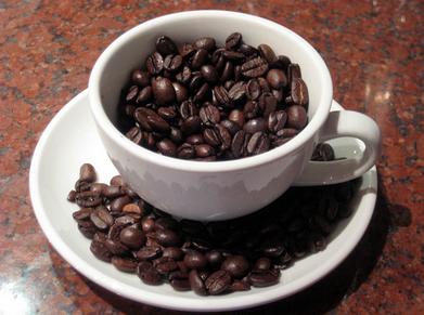 Kaffebönor i kopp