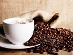 En kopp kaffe och kaffebönor