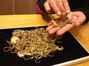 Köpa och sälja skrotguld, i detta fall gamla smycken