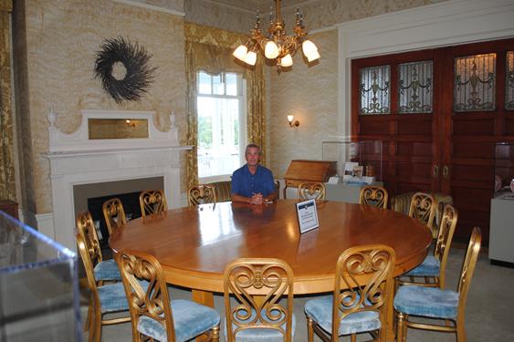 Kurt Larsson vid bordet i det så kallade Guldrummet där Bretton Woods  avtalet undertecknades. bf495d15df880