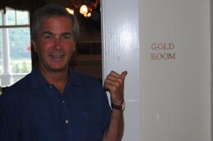 """Kurt Larsson utanför """"guldrummet"""" där Bretton Woods-avtalet skrevs på"""