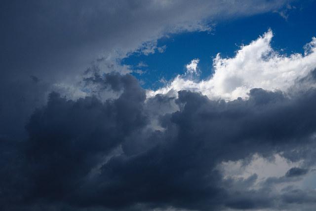 Mörka moln med lite blå himmel som tittar fram