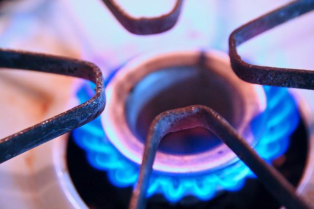 Naturgas brinner på spisen