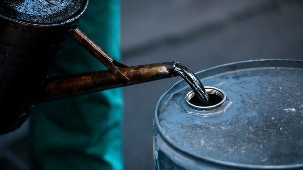 Olja hälls i fat