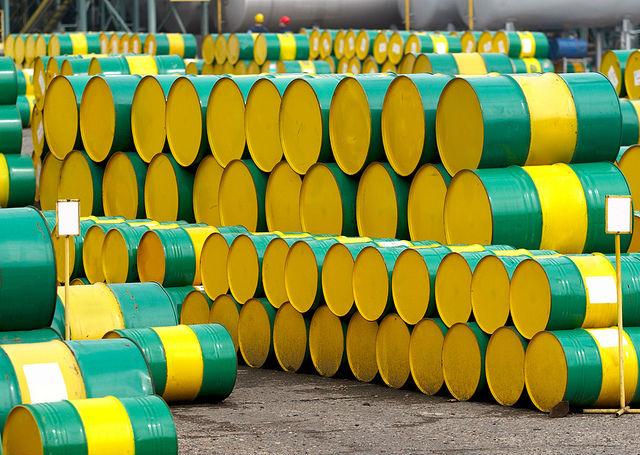 Gula oljefat med olja staplade