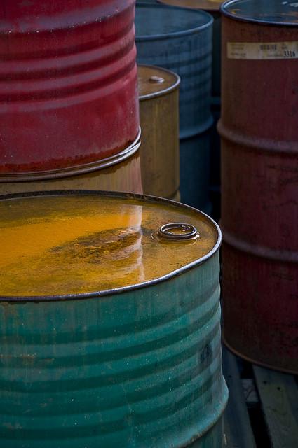 Oljefat fyllda med olja