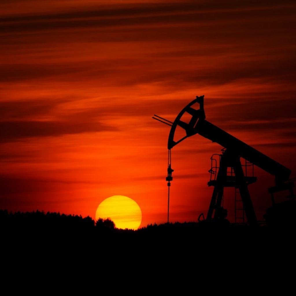 Produktion av olja i siluett