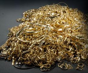 Sälja guldsmycken och skrotguld på hemmapartyn ny trend