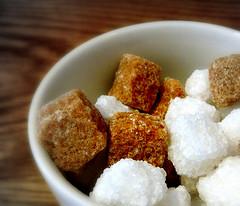 Sockerbitar, vita och bruna i skål