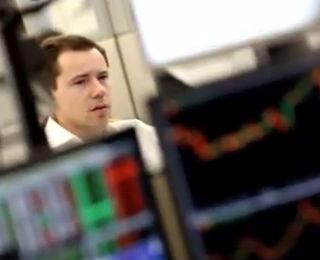 Trader handlar på marknaden