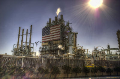 Oljeraffinaderi med USA-flagga