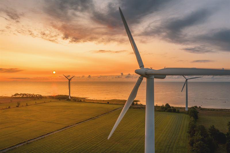 vindkraft-aker-vatten-skymning.jpg